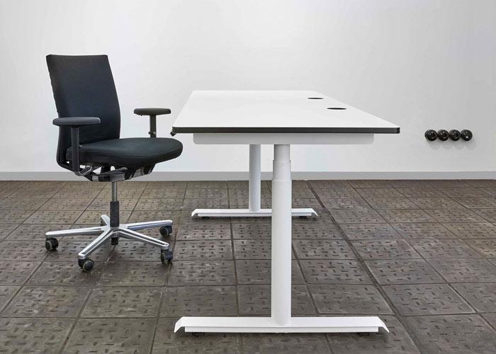 CRESCITA | ist ein elektrisch höhenverstellbarer Schreibtisch auf technisch modernstem Stand. Mittels Tastdisplay (Linak Steuerung) an der Tischplatte kann die gewünschte Tischhöhe stufenlos zwischen 575 – 1210 mm eingestellt werden.