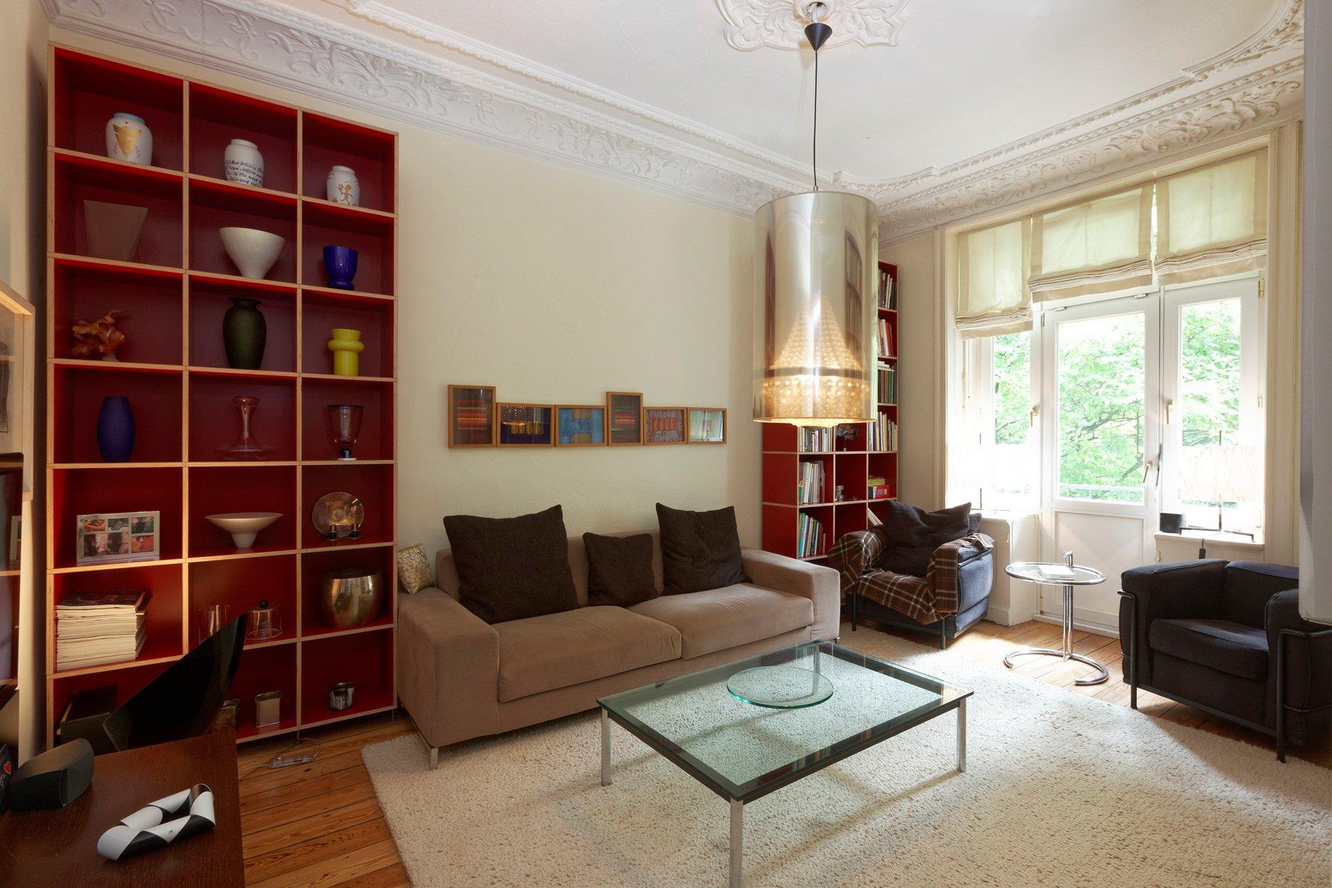 Foto:Das Wohnzimmer, mit prachtvollem Stuck und einer stilvollen Einrichtung